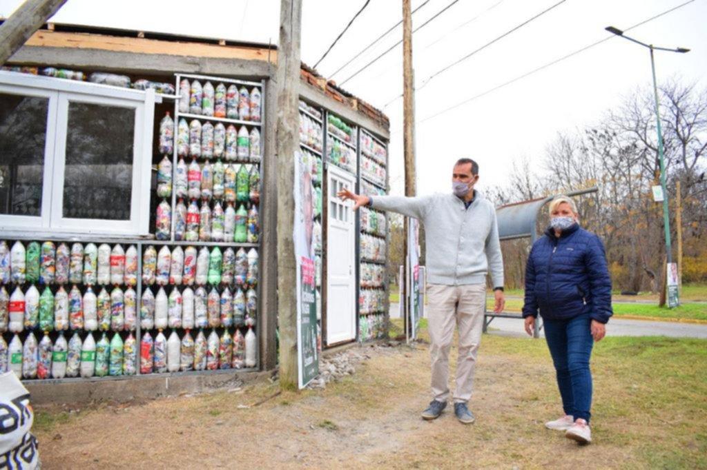 Casas con botellas reciclables por el medio ambiente
