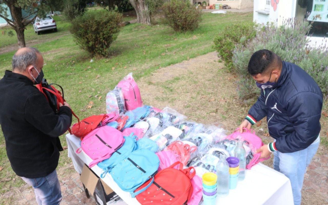 Presos de Melchor Romero donaron mochilas al Hogar del Padre Cajade