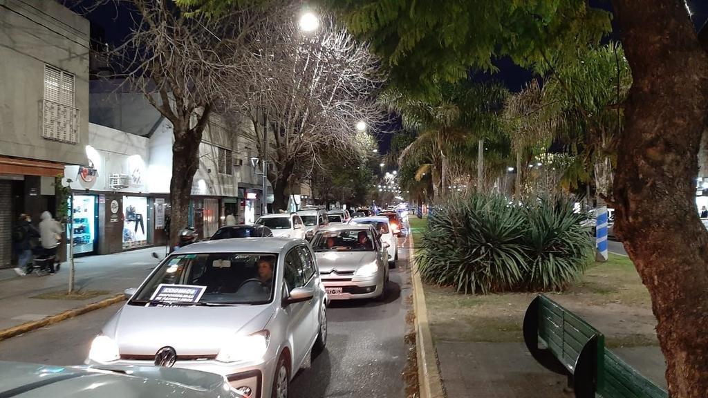 En Los Hornos, caravana por seguridad y apoyo al comisario