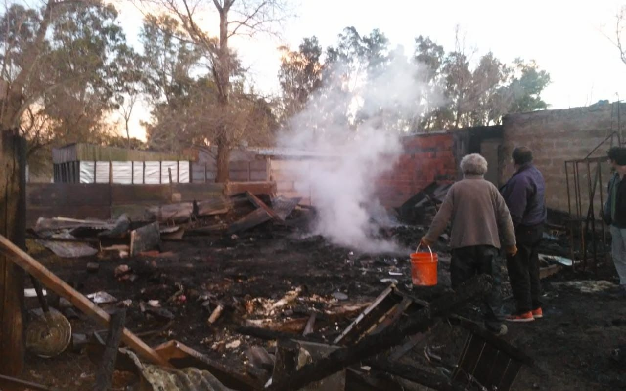 Una pareja perdió todo al incendiarse su casa en 92 y 5 y solicita ayuda