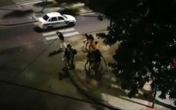 Otra noche caliente en la Zona Roja platense: gritos, peleas y botellazos