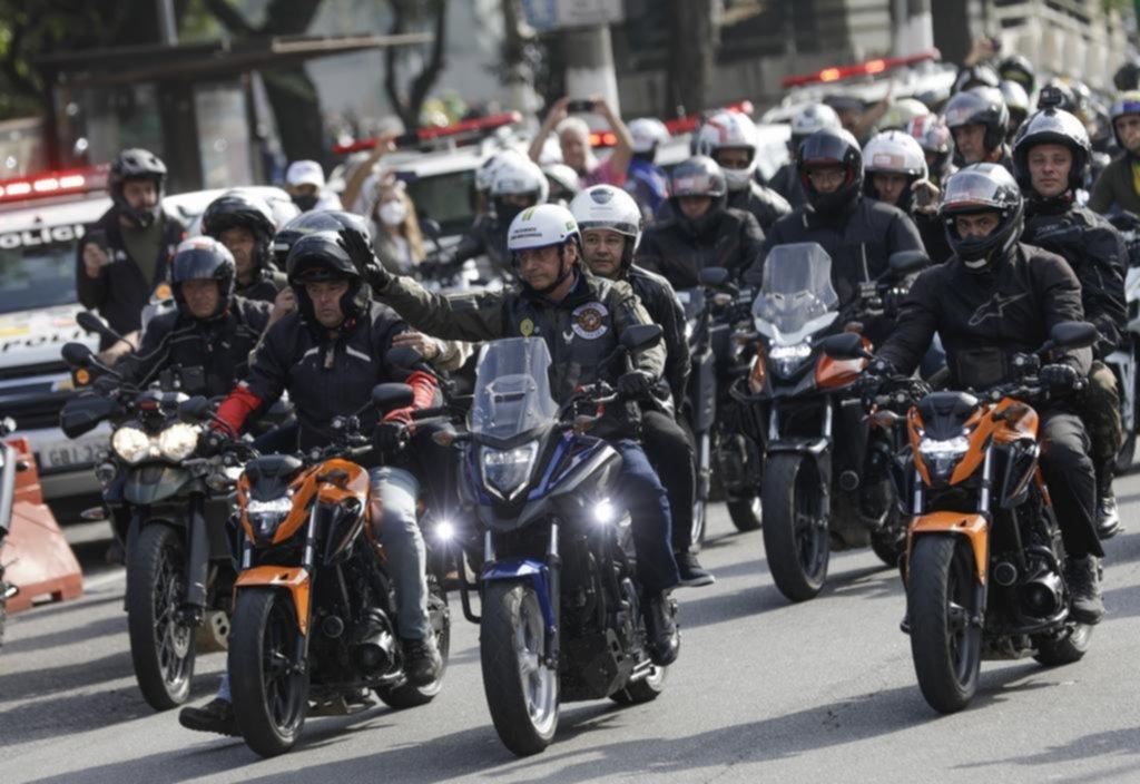 En moto, Bolsonaro volvió a desafiar a la pandemia y le pusieron una multa