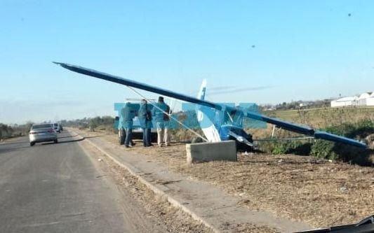 Susto en la autopista La Plata-Buenos Aires por un avioneta que terminó a pocos metros de la calzada