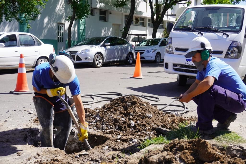 Una excavación rompió un caño y dejó sin agua a un sector de Gonnet
