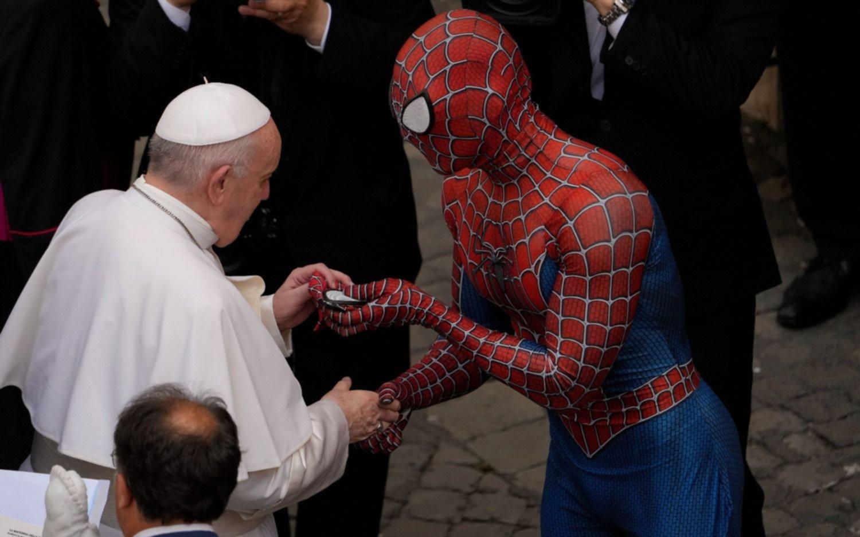 """Dos """"potencias"""", cara a cara: la historia detrás del saludo entre el Papa y el Hombre Araña"""