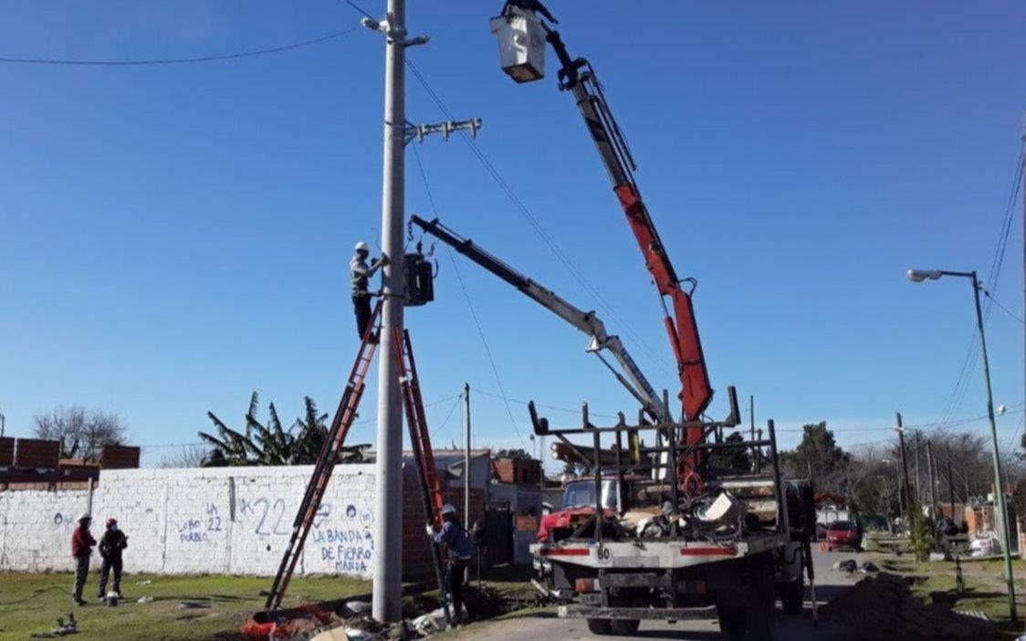 Colocan más columnas de hormigón en los tendidos eléctricos troncales de la Ciudad