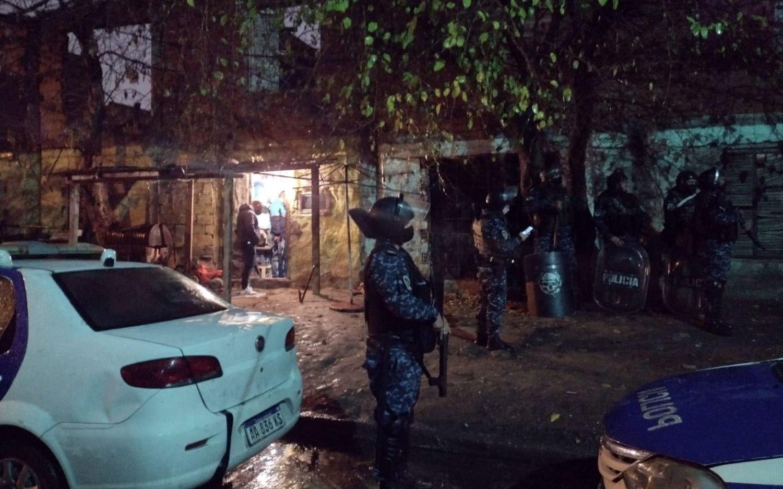 Más detalles del allanamiento en La Favela: secuestran chaleco antibalas, armas y drogas