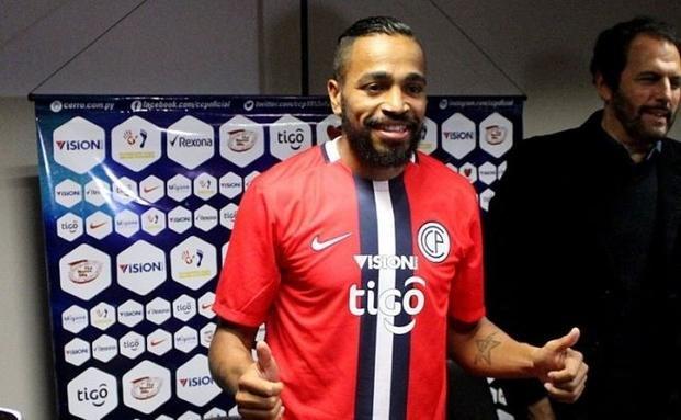 Alvaro Pereira firmó su salida