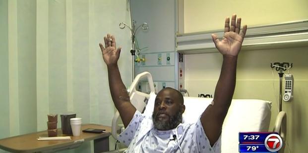 Policías blancos balean a terapista ocupacional negro que asistía a un paciente