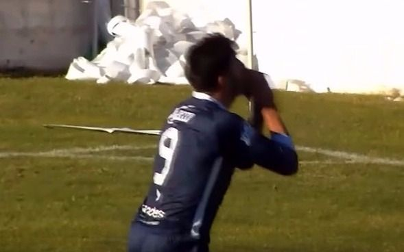 Insólito: jugador erra un gol increíble y culpa a los hinchas en pleno partido