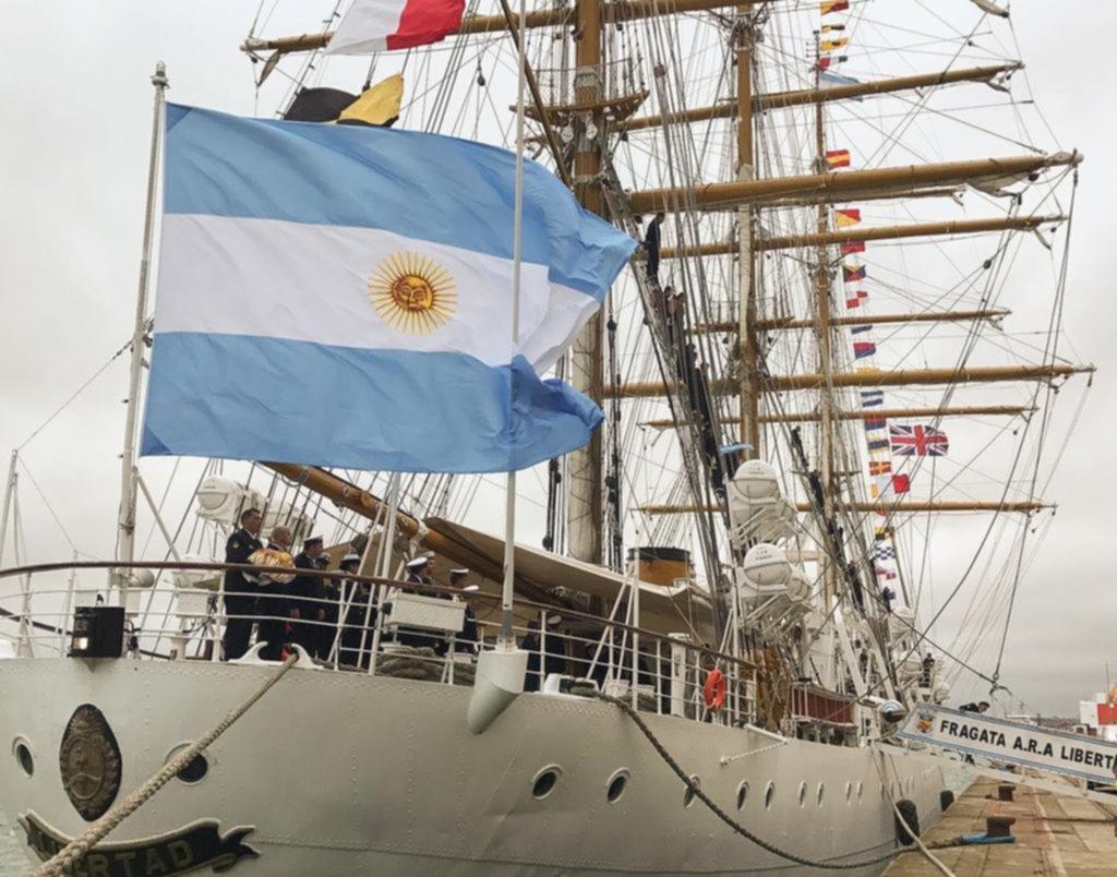 La Fragata Libertad llegó al puerto británico de Southampton