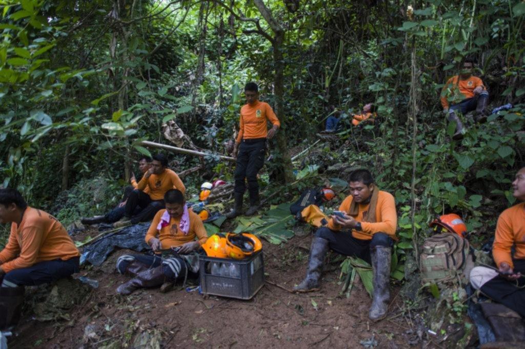 Apuran las tareas para rescatar a los chicos de la cueva en Tailandia