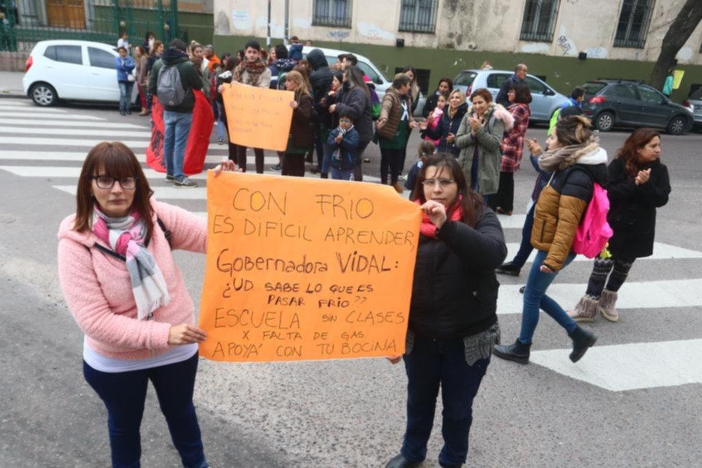 El frío aflojó un poco pero no los frazadazos: siguen los reclamos por la falta de gas en las escuelas