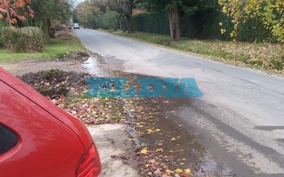 Caño roto y pérdida de agua en Villa Elisa