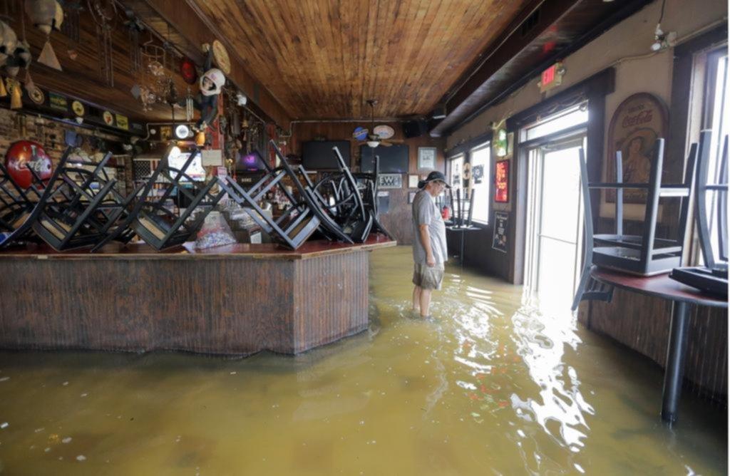 Barry tocó tierra con inundaciones y vientos superiores a los 100km