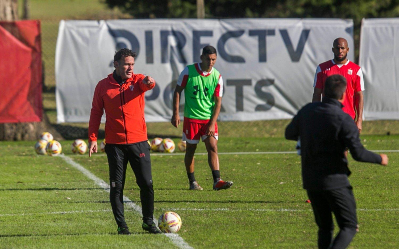 A poco del debut, Milito afina el once titular de Estudiantes