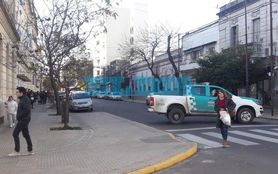 Operativo y corte de tránsito en el centro platense por una amenaza de bomba en un colegio