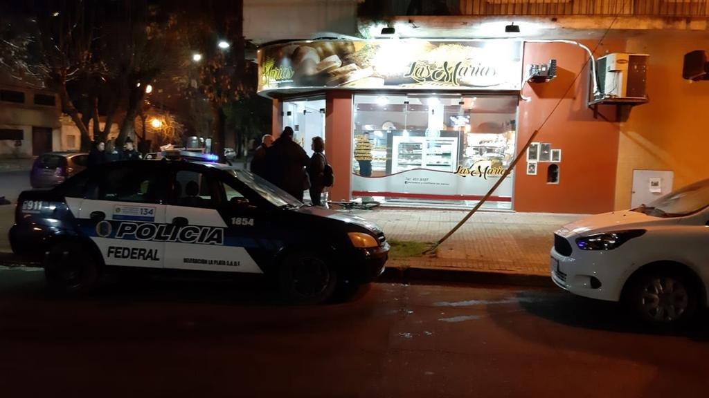 Montados en un caballo blanco, dos menores asaltaron a una joven en Tolosa