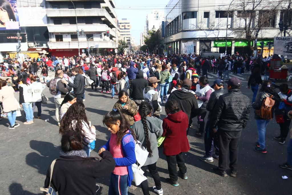 Confluyeron protestas en 7 y 50 y en el Centenario y la Ciudad se convirtió en un laberinto vial