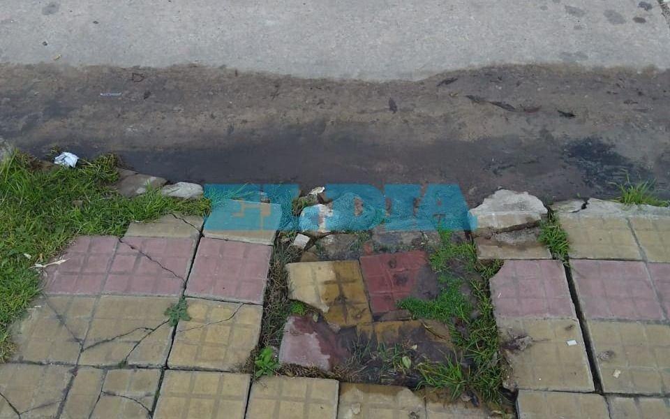 Vereda con pérdida de agua en Los Hornos