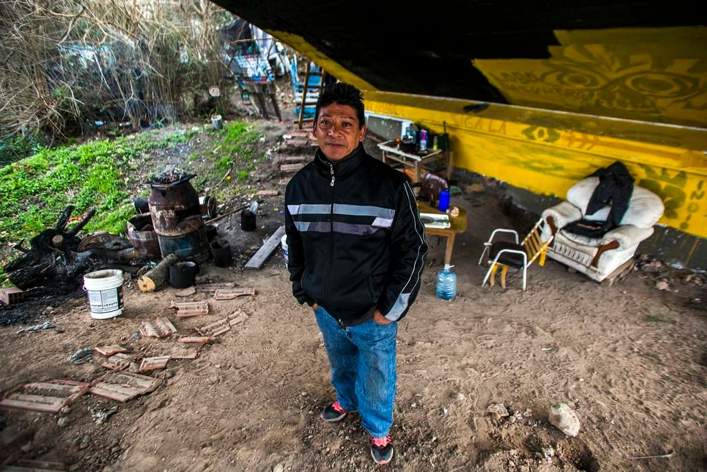 """Vive desde hace ocho años debajo de un puente que es """"patrimonio cultural"""" platense"""