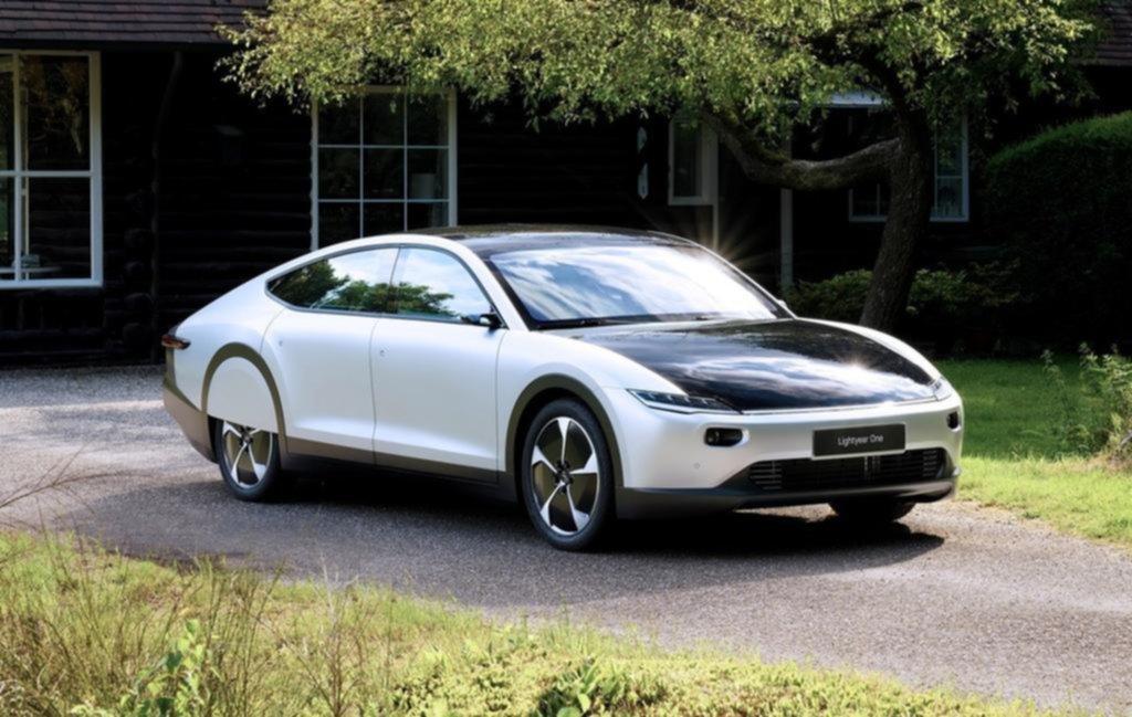 Presentaron el primer auto solar de largo alcance