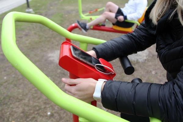 Instalan juegos aeróbicos que permiten hacer ejercicio y también cargar el celular
