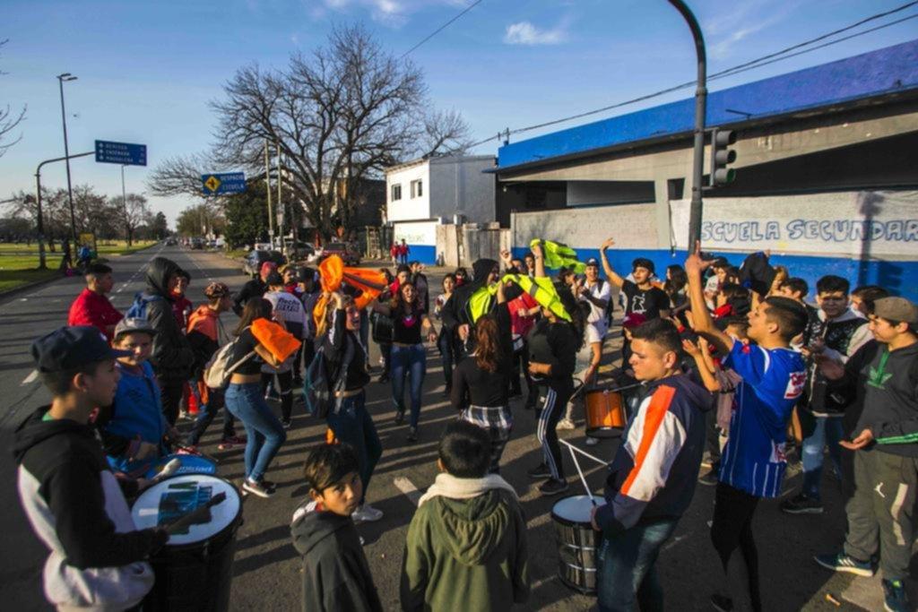 Ni en el día previo al receso invernal cesaron las fuertes protestas en escuelas platenses