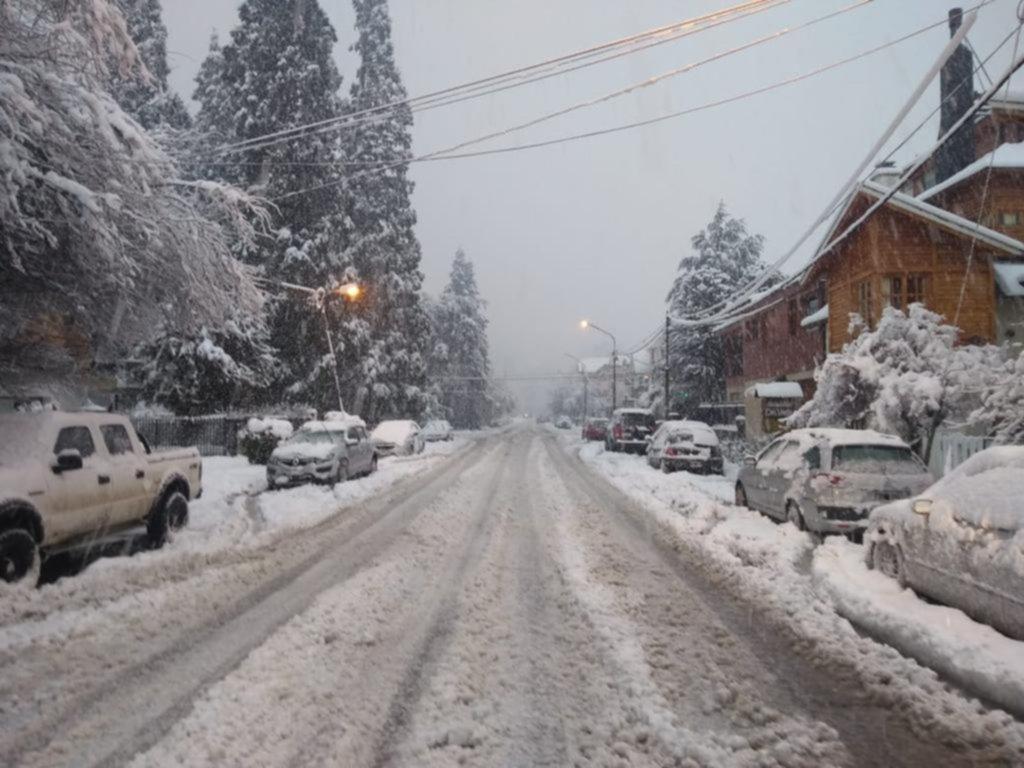 Caos y vuelos cancelados por nevadas en la Patagonia