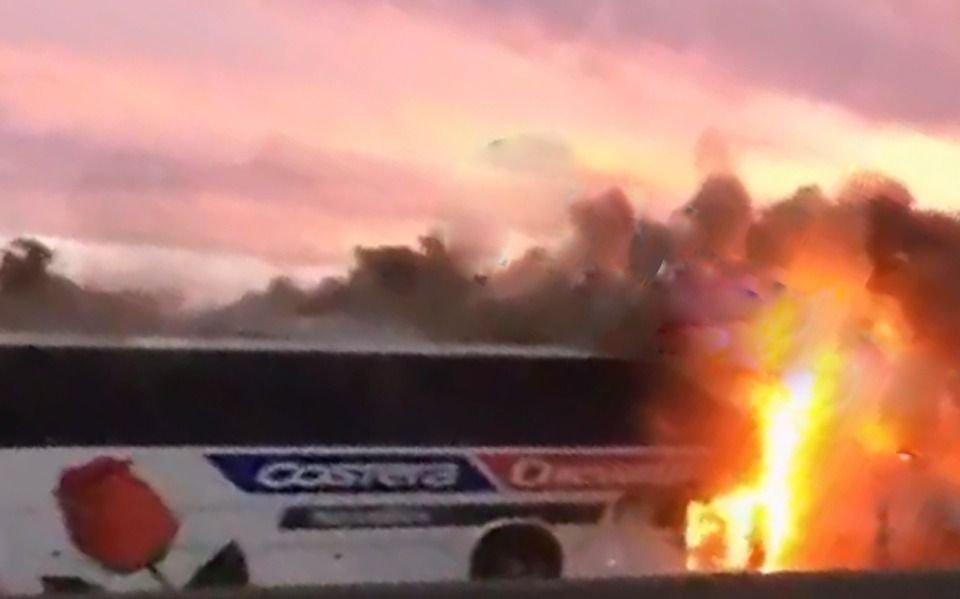 Un micro Costera se incendió en la Autopista: los pasajeros pudieron bajar a tiempo