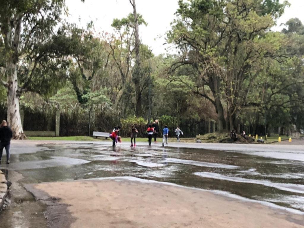 """Un nuevo """"parque acuático"""" por una filtración en el Bosque"""