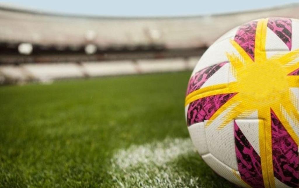 Fútbol atado con alambre