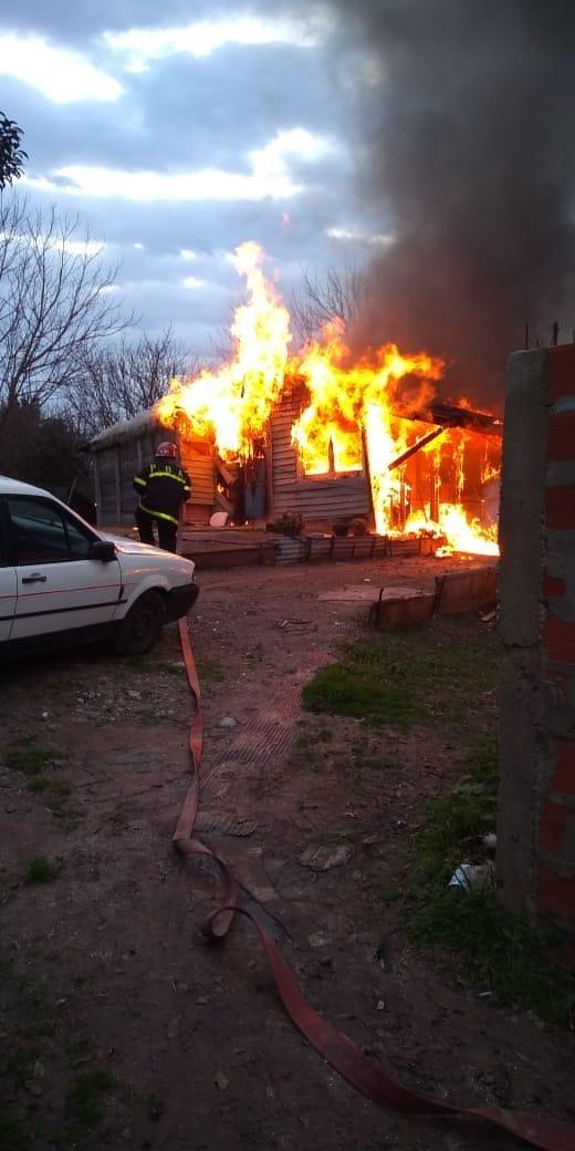 Un incendio dejó en la calle a dos familias en La Cumbre
