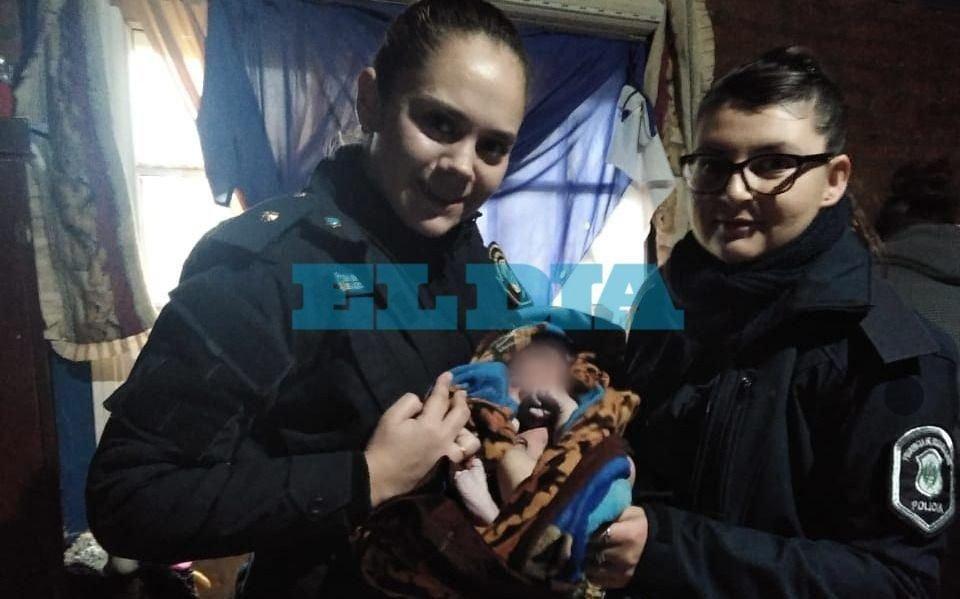Milagro en La Plata: estaba embarazada, no lo sabía  y dio a luz con ayuda de mujeres policías