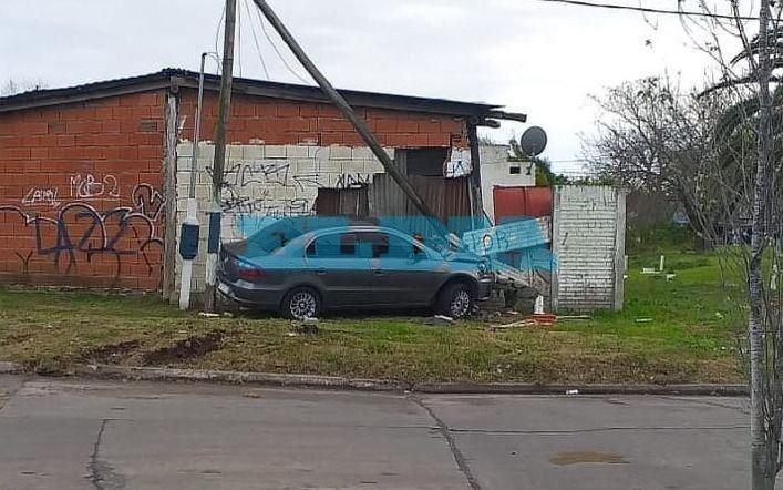 Tránsito descontrolado en La Plata: se despistó y terminó en el living de una casa