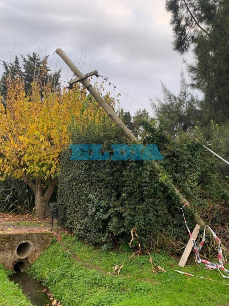 Un poste de luz caído generó dolores de cabeza en Villa Elisa