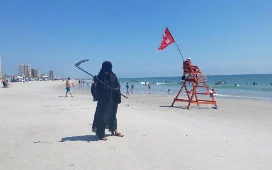 Por Florida anda la parca: se disfraza y sale a caminar por playa para concientizar