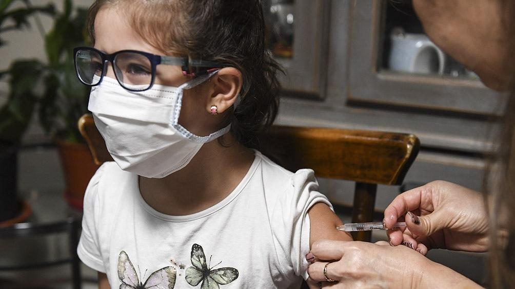 La vacunación infantil cayó a la mitad en la Región por el miedo de los padres al COVID