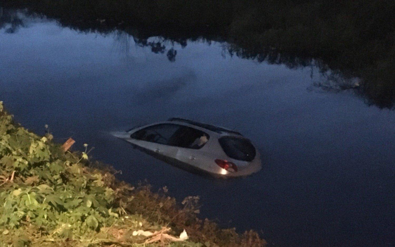 Investigan si el auto en el arroyo El Gato está relacionado a un violento robo