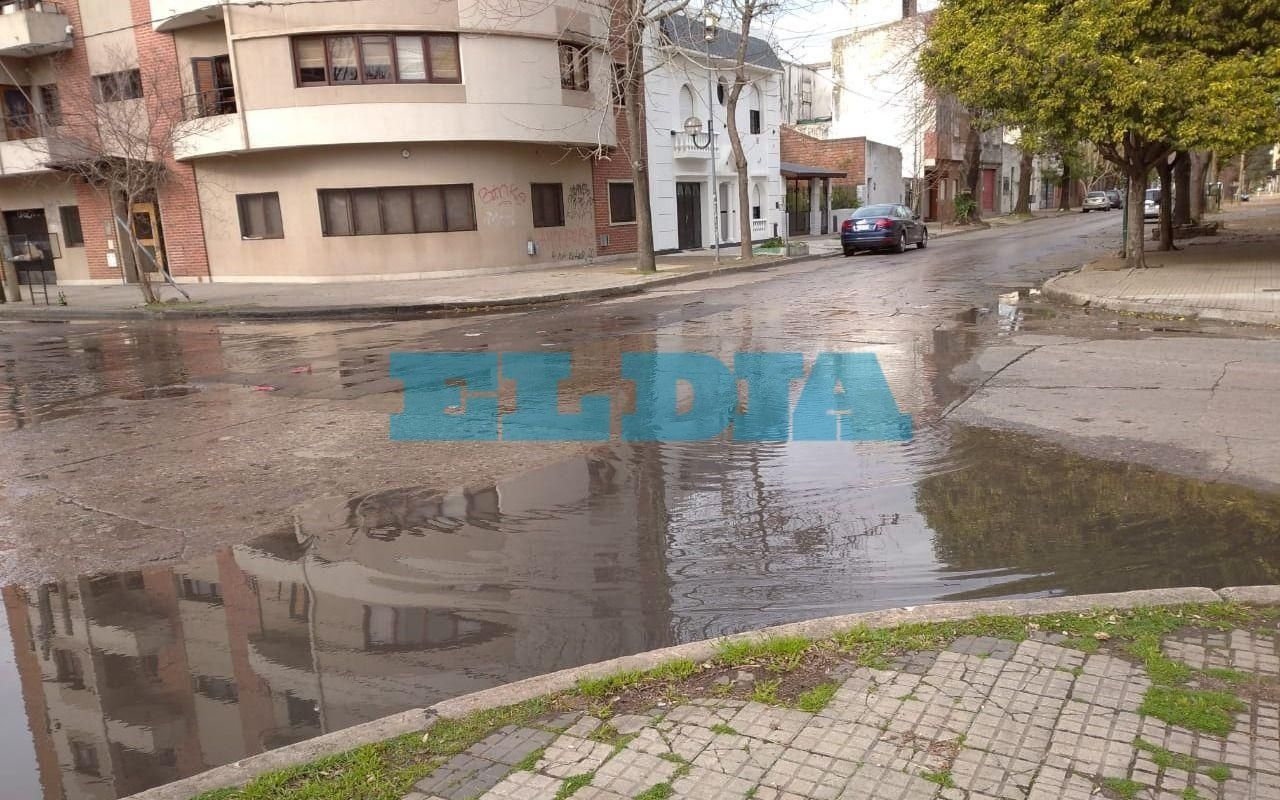 Drama vecinal por una pérdida de aguaen la vereda de 67, entre 1 y 2