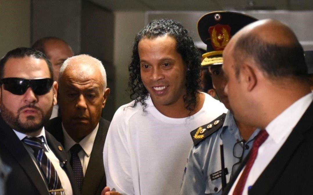 Ronaldinho seguirá detenido en Paraguay