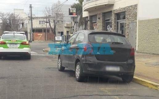 Vecinos de zona de Parque Castelli, molestos por auto mal estacionado