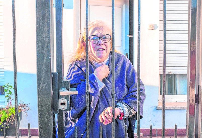 Un delincuente despertó con un cuchillo a una jubilada de Ringuelet