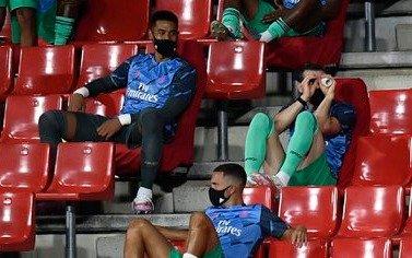 """Jugador del Real que """"se quedó dormido"""" en el banco ahora jugó con papel higiénico"""
