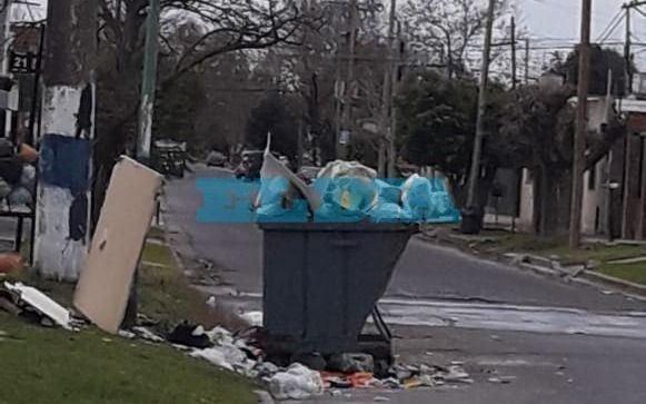 Hartazgo vecinal en Altos de San Lorenzo por un contenedor que rebalsa de basura