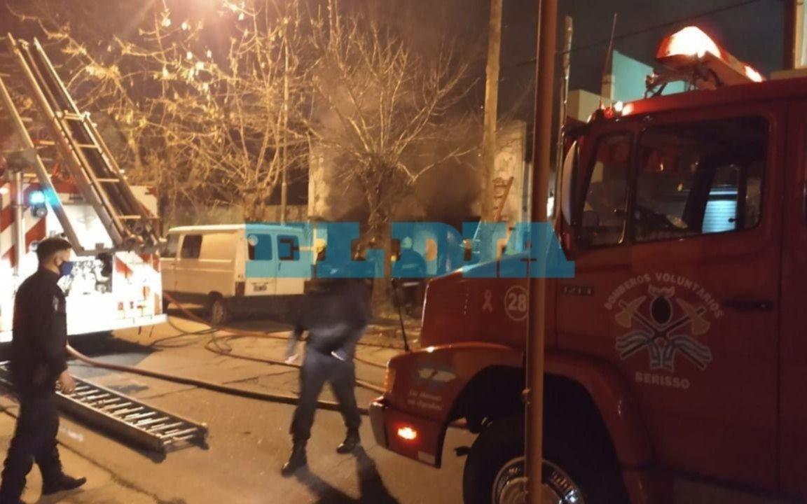 Falleció un hombre en un incendio en Berisso y una joven lucha por su vida