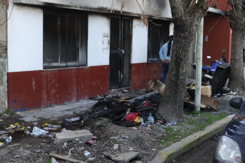 La joven que sobrevivió al incendio en Berisso continúa internada en estado crítico