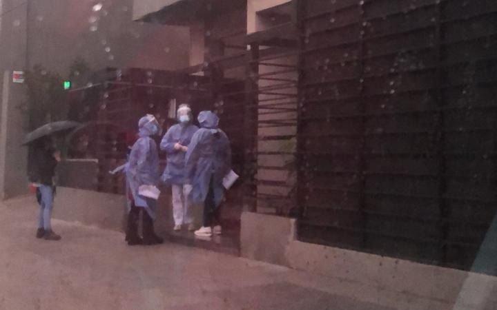 Alertan por falsos médicos que simulan testeos y cometen robos en casas