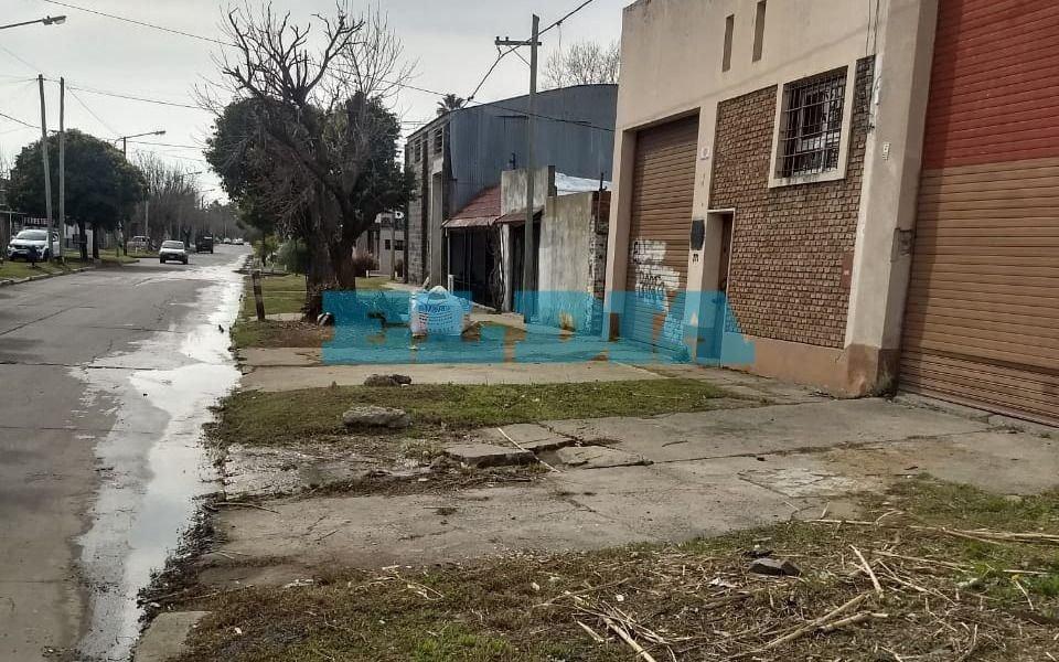 Una pérdidade agua mantiene en jaque a vecinos de35 entre 122 y 123