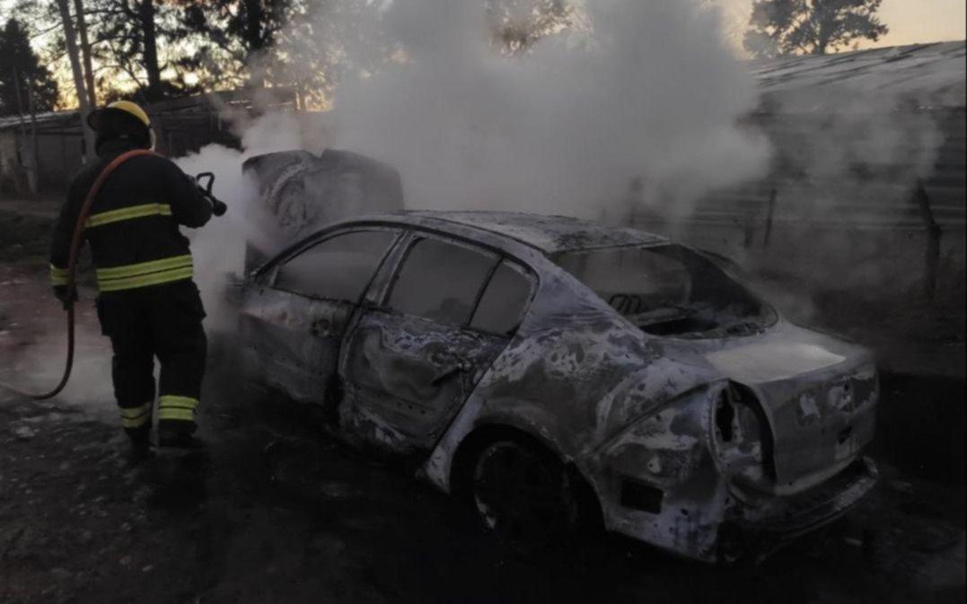Susto por el incendio de un auto, que quedó destruido
